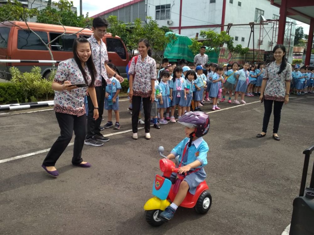 Seru, Begini Gaya Lucu Anak-anak TK Guang Ming Ikuti Pengenalan Lalu Lintas