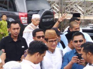 Tiba Di Masjid Agung, Sandi Disambut Para Jamaah Solat Jum'at