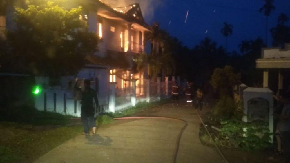 Breaking News !!  Rumah Loteng Azis di Belakang Nurul Ilmi Terbakar