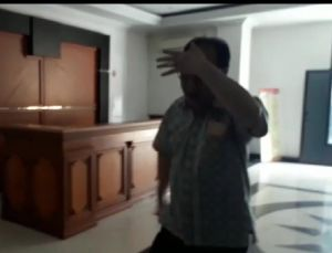 Asiang Masuk ke Polda Sambil Tutup Wajah Dengan Tangan