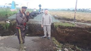Cek Pengerjaan Jembatan Terputus, Anggota Dewan Edminuddin Turun Ke Lokasi