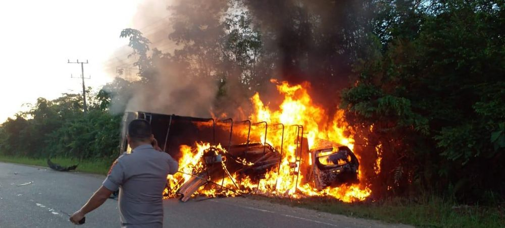 Avanza vs truk Colt Diesel Adu Kambing, 5 Tewas Terpanggang