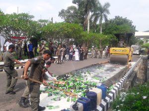 Walikota Jambi Musnahkan 1.134 Botol Minol