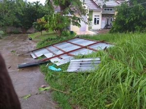 Breaking News !!!Hujan Disertai Angin, Sejumlah Atap Rumah Lepas dan Beterbangan