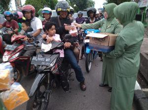 Istri-istri TNI Bagikan Ratusan Takjil Gratis