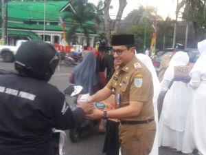 Humas Kota Jambi Berbagi Berkah Ramadhan Dengan Berbagi Takjil Gratis