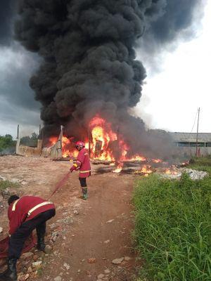 Diduga Sebuah Pabrik Terbakar