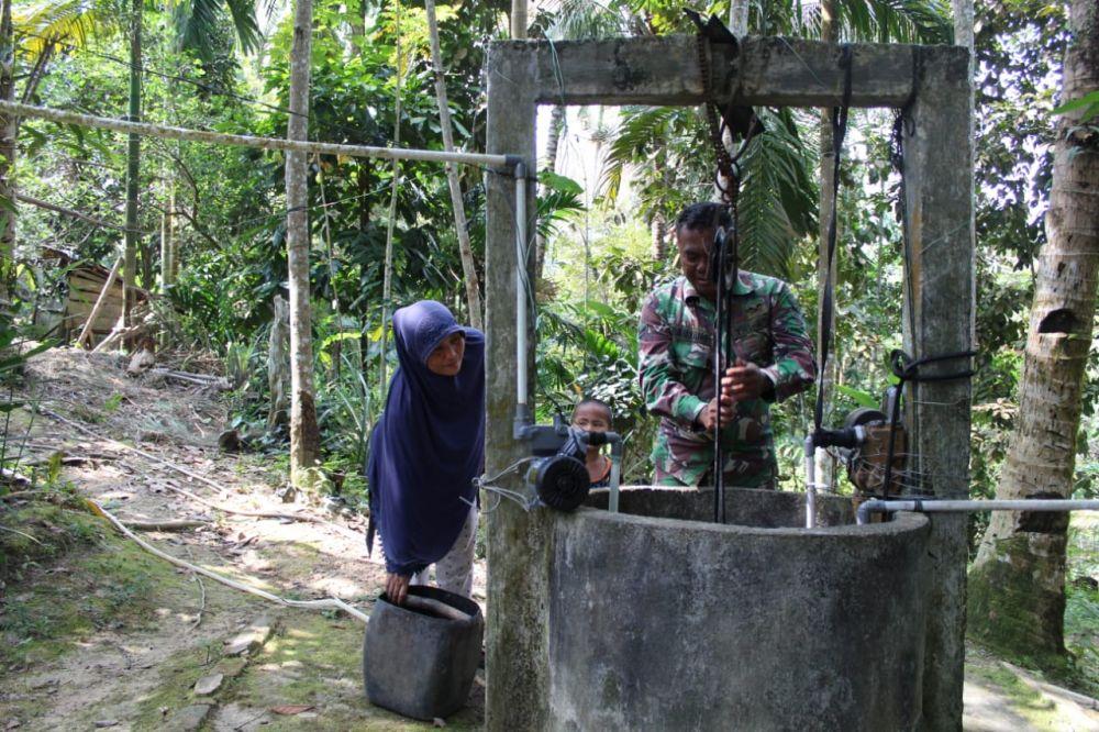 Sudah Dapat Orang Tua Asuh, Babinsa Serda Bambang Bantu Timba Air