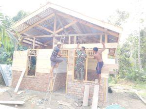 Babinsa dan Warga Lanjutkan Gotong Royong Bangun Rumah Mamad