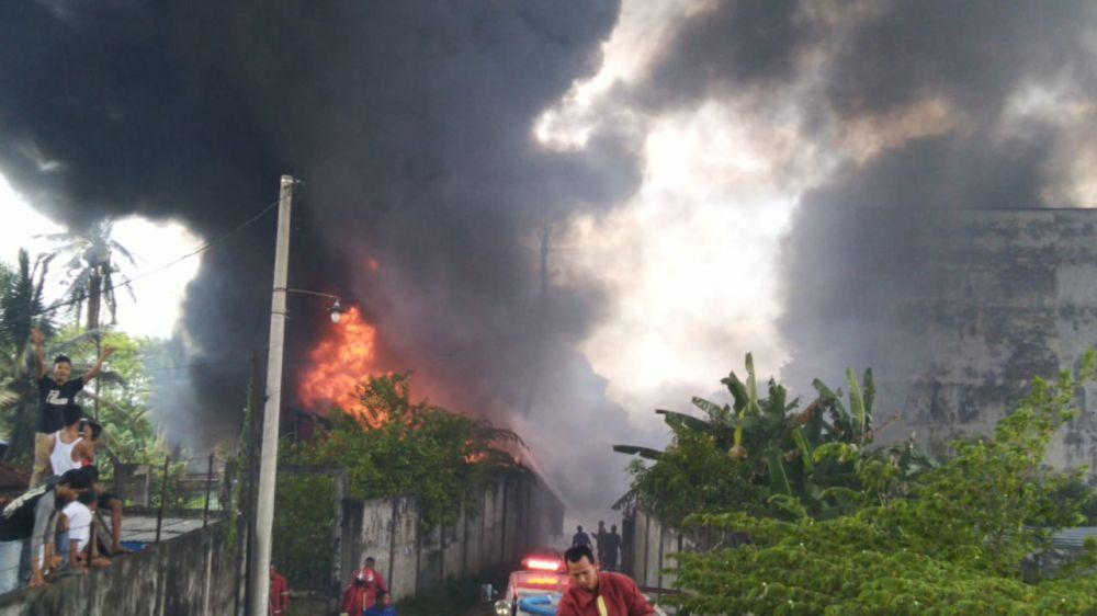 Ribuan Liter Minyak di Gudang yang Terbakar Diduga Ilegal