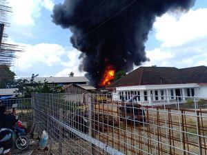 Breaking News !!!Gudang Minyak Kebakar, Asap Hitam mengepul
