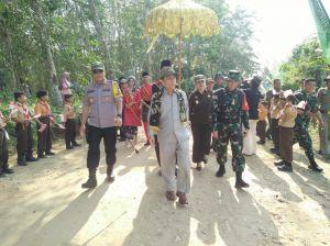 Murid SD Berbaris di Jalan Sambut Kedatangan Tamu Pembukaan TMMD Ke-105 di Desa Ladang Peris
