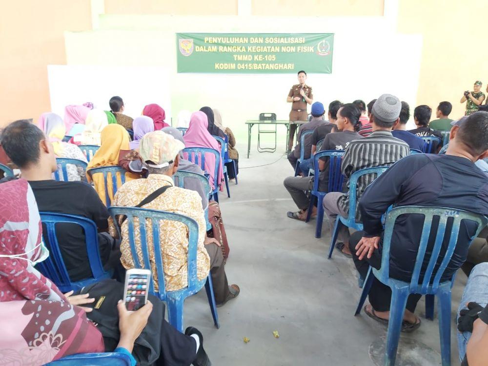 Satgas TMMD Gandeng Kejari Batanghari Beri Penyuluhan  UU ITE kepada Warga Ladang Peris