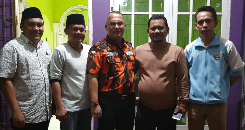 Dewan Penasehat serta Ketua PW GP Ansor Jambi, berfoto bersama dengan Sekjen MPN PP Arif Rahman SH, di Sekretariat PW GP Ansor Jambi.