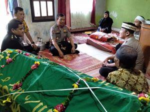 Turut Beduka Cita, Wakapolda Jambi Sambangi Rumah Duka Alm Aipda Dedi Saputra