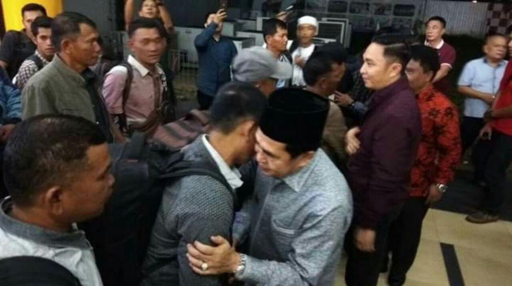 Walikota Sungaipenuh bersama Ketua PMI Sungaipenuh sambut kedatangan Warga Sungaipenuh yang terjebak konflik di Wamena Papua di Bandara Sultan Thaha Jambi.