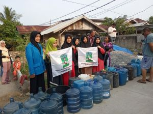 Hadir Ditengah Persoalan Rakyat, KAMMI Jambi Bersama Polres Tanjabbar Salurkan Air Bersih