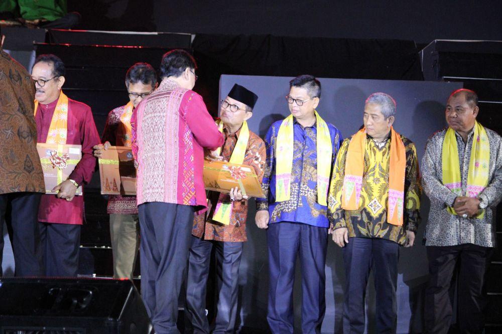 Gubernur Jambi menerima Lembar Penetapan Warisan Budaya Takbenda Indonesia pada Malam Apresiasi Penetapan Warisan Budaya Takbenda dalam Pekan Kebudayaan Nasional 2019 dari Kemendikbud RI.