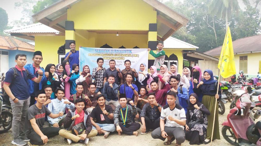 Para peserta Sekolah Jurnalistik PC PMII Sarolangun saat berfoto bersama dengan para pemateri.