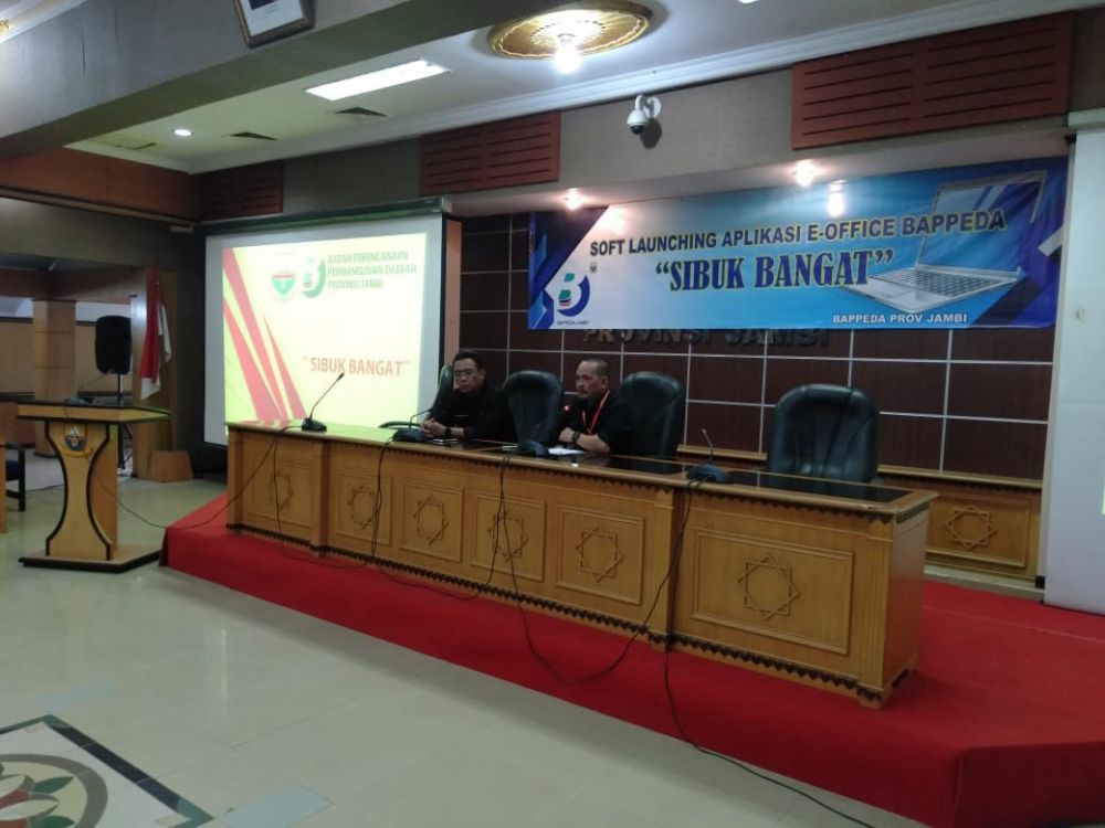 SIBUK BANGAT : Kepala Bappeda Jambi, Doni Iskandar saat soft launching aplikasi Sibuk Bangat kemarin.