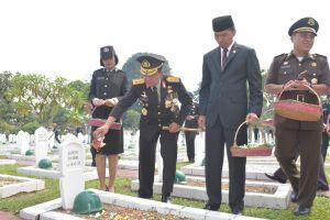 Kapolda Jambi Lakukan Tabur Bunga Peringati Hari Pahlawan
