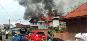 Breaking News !!!  Rumah di Belakang Polda Jambi Terbakar Asap Tebal Mengepul