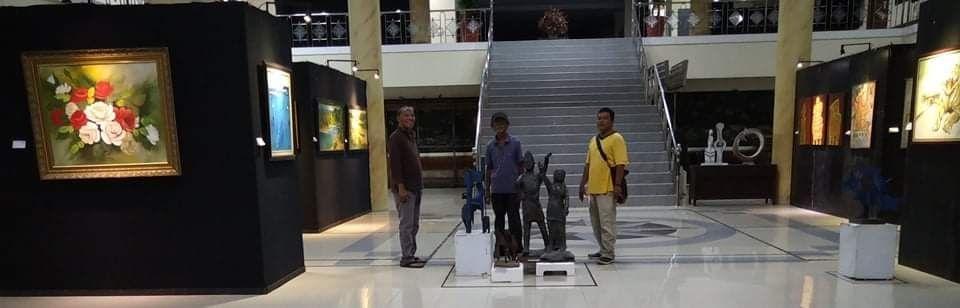 Sentuhan akhir dilakukan panitia untuk persiapan pembukaan pameran lukisan dan foto yang akan dibuka besok di Gedung DPRD Provinsi Jambi.