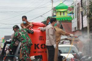 Cegah Penyebaran Covid-19 TNI dan POLRI Semprotkan Desinfektan
