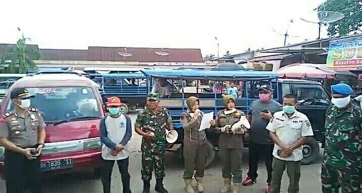 Gunakan pengeras suara, Sat-Pol PP Sarolangun keliling kota Sarolangun melakukan Sosial Distancing Covid-19.