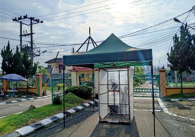 Bilik semprot disinfektan di Pintu masuk Komplek Vila Gading Mayang, Kota Jambi.