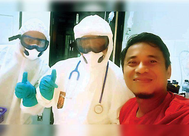 PANTANG MENYERAH: Yunan Helmi di ruang isolasi RSUD Ulin, Banjarmasin. (YUNAN HELMI FOR JAWA POS)