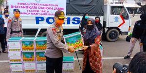 Polda Jambi Bagikan 2.150 Paket Sembako untuk Warga Terdampak Covid-19