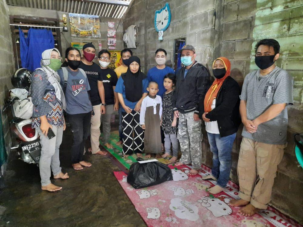 Ikatan Wartawan Liputan Kota Jambi Bagikan Paket Sembako Bagi Warga yang Membutuhkan, Kamis (21/5).