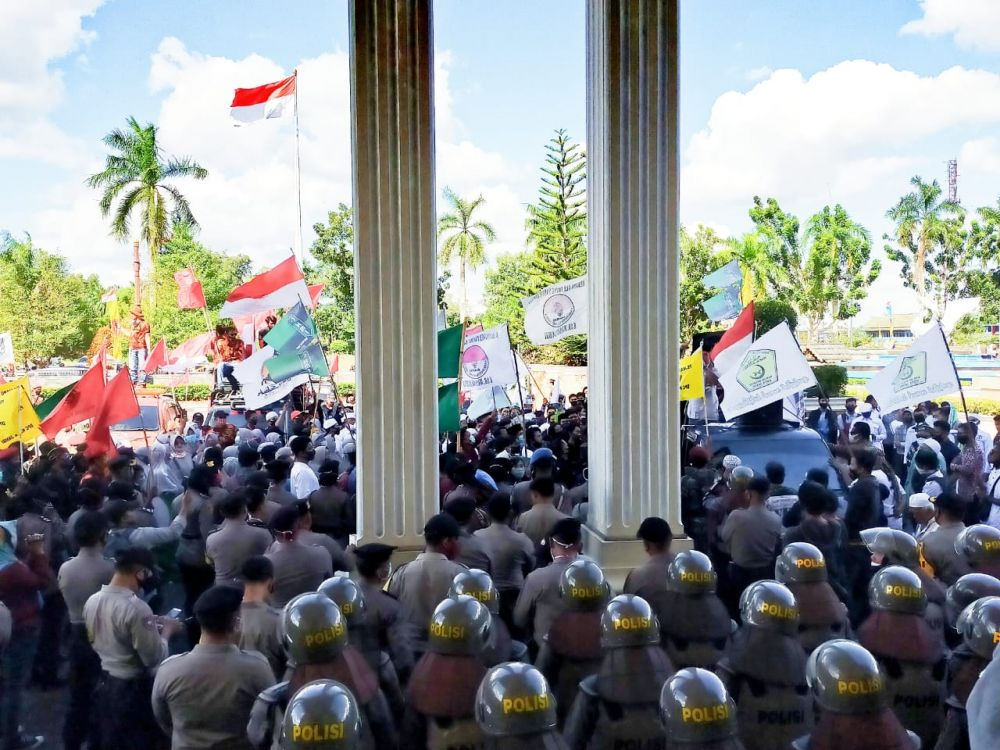 Tolak RUU HIP, Ribuan Massa dari 71 Ormas di Jambi Demo di Gedung DPRD Provinsi