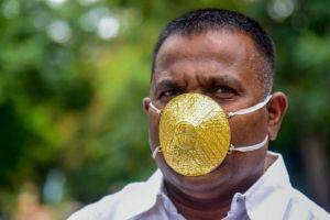 Tangkal Virus Corona, Pria ini Pakai Masker Emas Rp 56 Juta