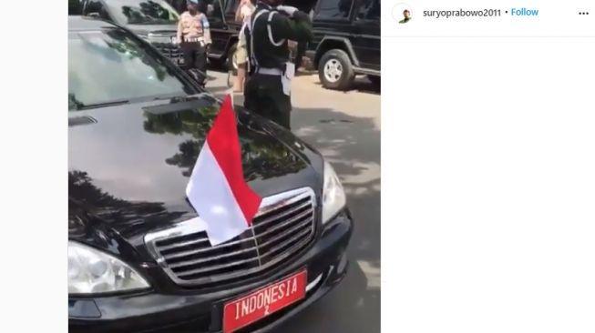 Viral Mobil Diduga Milik RI 2 Isi BBM di Pinggir Jalan, Kehabisan Bensin?
