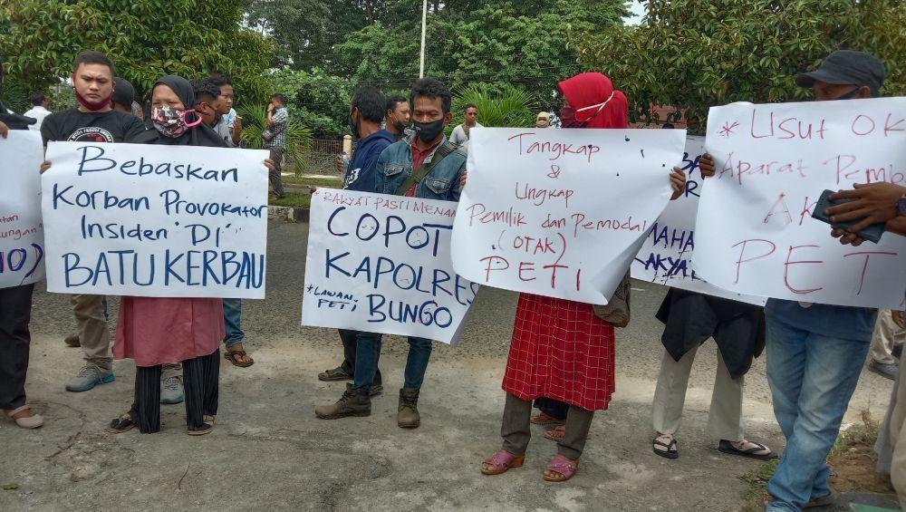 Aksi unjuk rasa yang dilakukan mahasiswa bersama ormas terkait PETI di depan kantor DPRD Bungo.