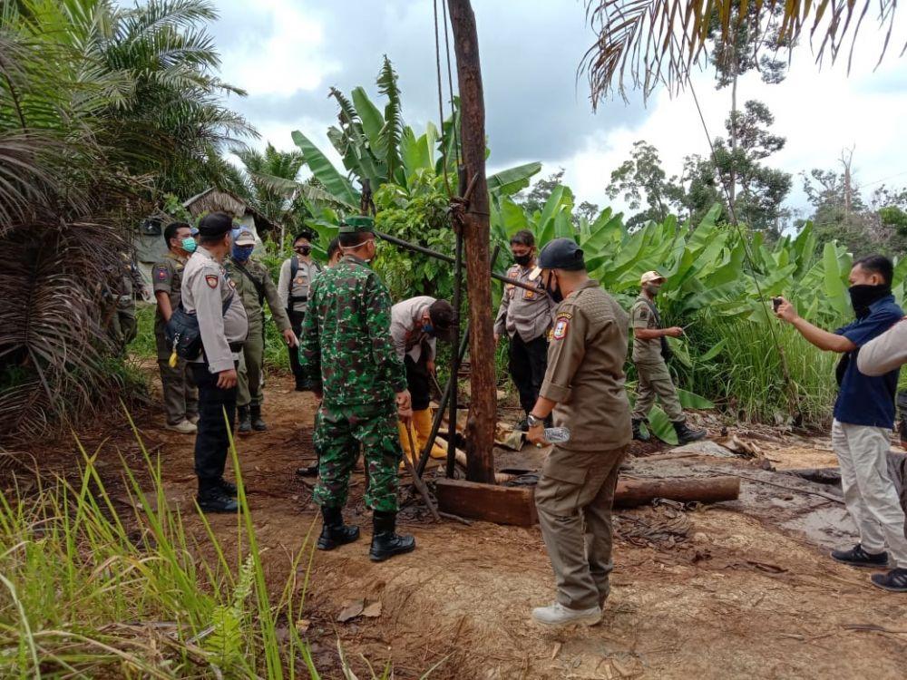 RAZIA: Aparat gabungan melakukan penutupan lubang illegal drilling di Desa Lubuk Napal, Kecamatan Pauh, Sarolangun. Dalam razia ini petugas merobohkan 50 pondok dan menutup 100 lubang.