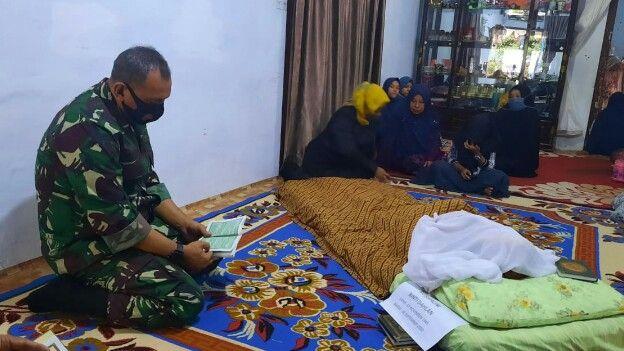 Komandan Korem 042/Gapu, Brigjen TNI M. Zulkifli bertakziah di rumah duka