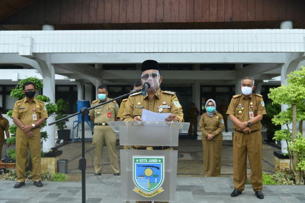 Wakil Wali Kota Jambi, Maulana Sampaikan Konferensi Pers di Depan Kantor Wali Kota Jambi, Senin (14/9).