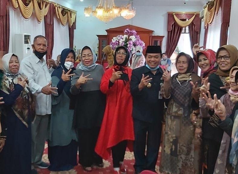 Istri HBA Yusniana (empat dari kiri)
