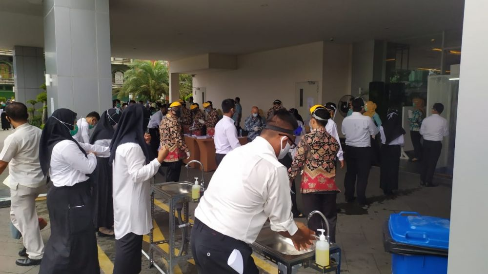 Perserta SKB Pemkot Jambi kemarin dengan tertib menjalankan protokol kesehatan sebelum masuk ruang ujian.