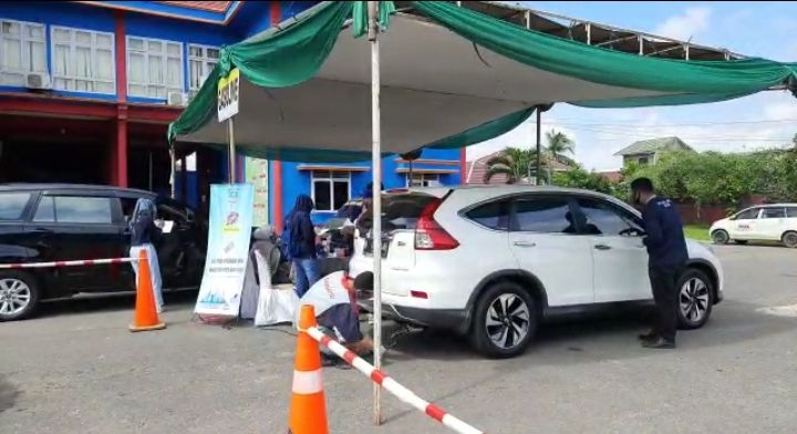 Sejumlah kendaraan mengikuti uji emisi di Dinas Damkar dan Penyelamatan Kota Jambi untuk menekan polusi di Kota Jambi.