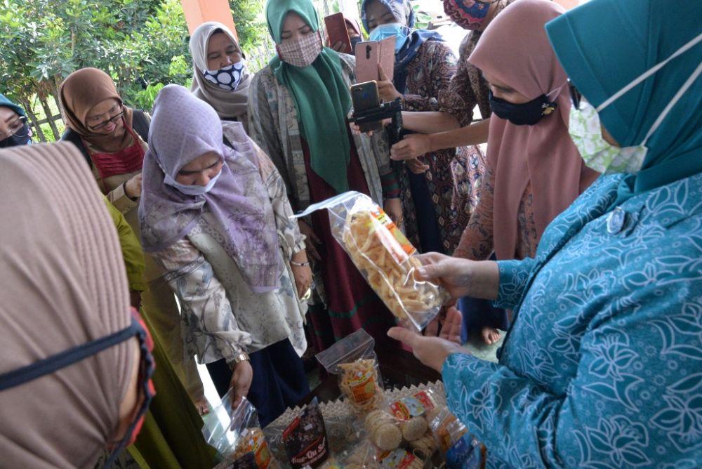 hj Rahima Fachrori melihat langsung produk dari IKM binaan PKK Batanghari dan memberi semangat untuk terus berusaha di tengah pandemi.