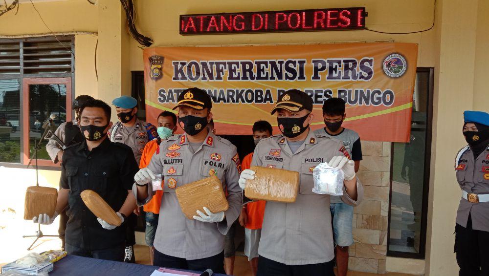 NARKOTIKA: Kapolres Muarabungo, saat melakukan konfrensi pers terkait penangkapan empat pelaku pelaku yang diduga pengedar narkotika.