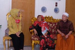 Ratu Munawaroh Jenguk Guru Mendiang Zulkifli Nurdin yang Sedang Sakit