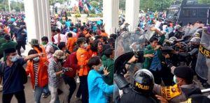 Polisi Bubarkan Massa dengan Gas Air Mata