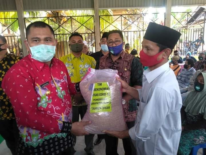 Bupati H Mashuri dan Wakil Bupati H Safrudin Dwi Apriyanto ketika memberikan bantuan secara simbolis kepada para petani baru-baru ini (dokumen diambil sebelum yang bersangkutan cuti).