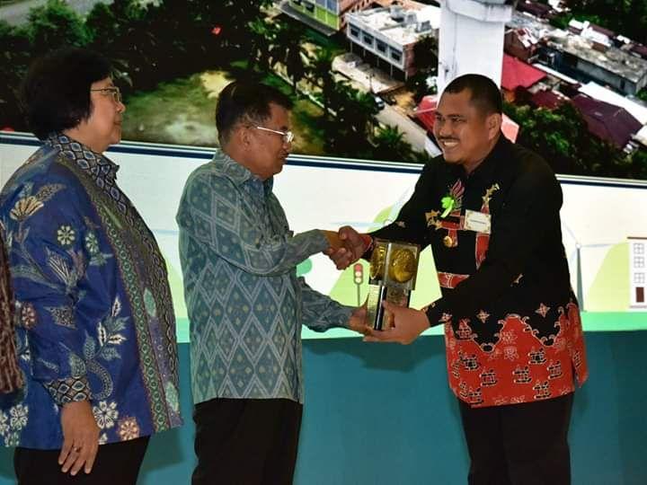 Bupati Bungo H Mashuri ketika menerima piala Adipura dari Wakil Presiden Jusup Kalla tahun 2018 lalu. Tampak pula Menteri Lingkungan Hidup dan Kehutanan, Siti Nurbaya.
