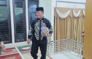 Kenakan Batik Hitam dan Tersenyum, Cagub Jambi Al Haris Mantap Menuju Debat Kandidat